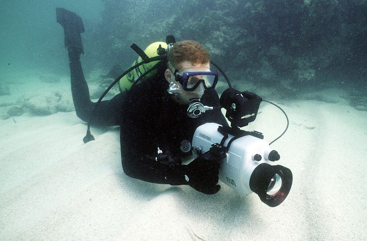 960308-N-3093M-010_Navy_Photographic_Diver
